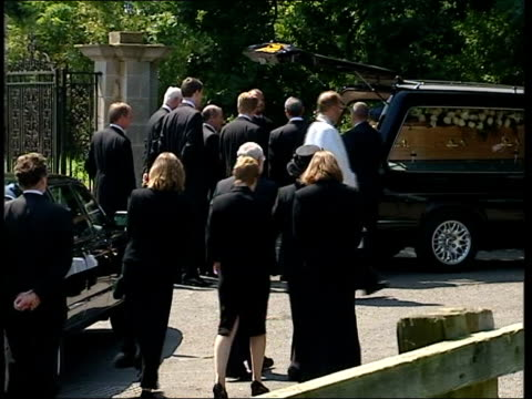 vídeos y material grabado en eventos de stock de oxfordshire longworth st mary's church mourners arriving at church for funeral of dr david kelly pan police officer talking to vicar bv dr kelly's... - oxfordshire