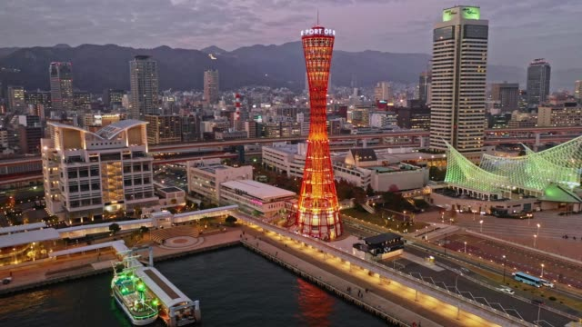 神戸ポートタワー 日本都市風景 トワイライト エアリアルビデオ 4k 日本 - フェリーターミナル点の映像素材/bロール