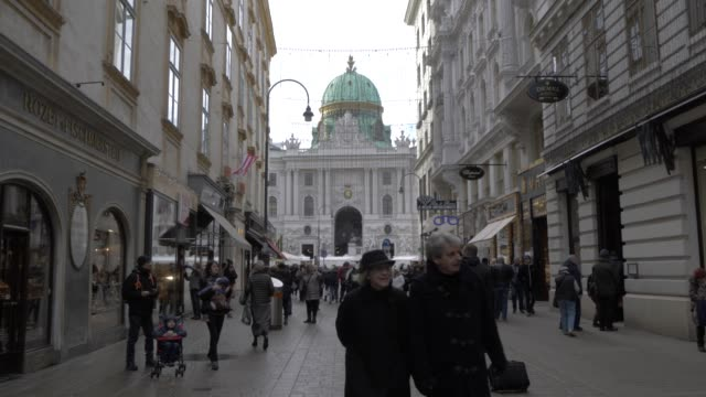 kohlmarkt leading into michaelerplatz at christmas, vienna, austria, europe - fußgänger stock-videos und b-roll-filmmaterial