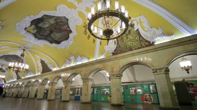 vídeos y material grabado en eventos de stock de komsomolskaya metro station, moscow, russia - moscow russia