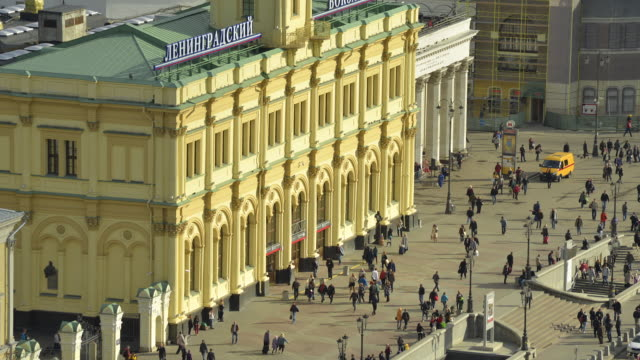 komsomolskaya plaza in downtown moscow with crowds of people - cyrillic script stock videos & royalty-free footage