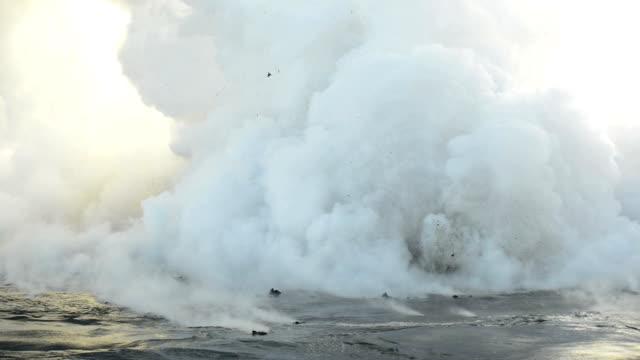 vídeos de stock, filmes e b-roll de kona havaí vulcão erupção fumaça dióxido de enxofre sobre vídeo água - entrar em erupção
