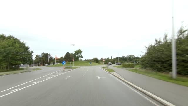 vidéos et rushes de kongevejen danemark ix série synchronisée front view plaque de processus de conduite - part of a series
