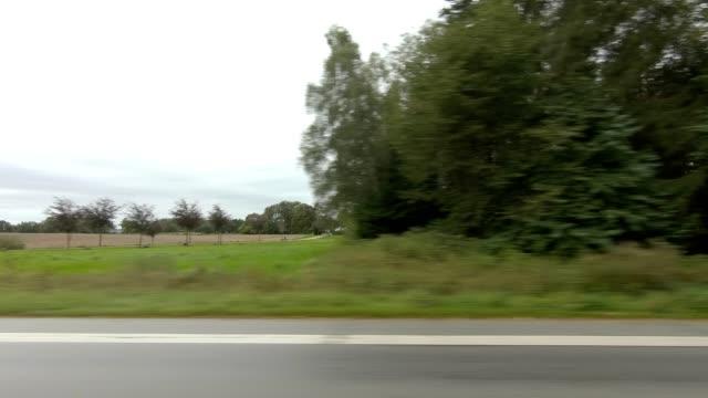 vidéos et rushes de kongevejen danemark ix série synchronisée plaque de conduite de conduite vue gauche - part of a series
