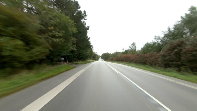 vidéos et rushes de kongevejen danemark ix série synchronisée plaque de conduite de vue arrière - part of a series