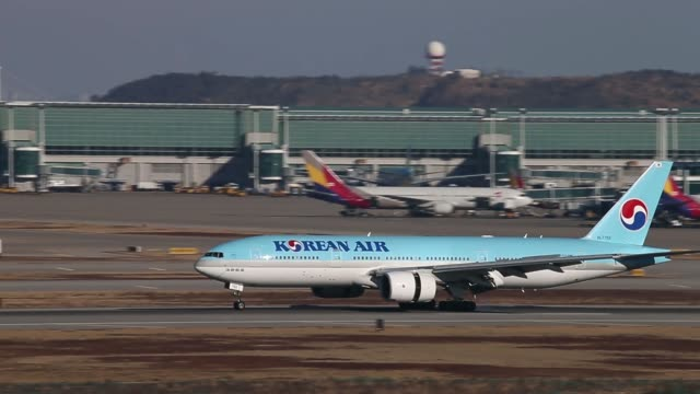 stockvideo's en b-roll-footage met a korean air lines co passenger aircraft approaches to land at incheon international airport in incheon south korea on sunday jan 26 a korean air... - incheon