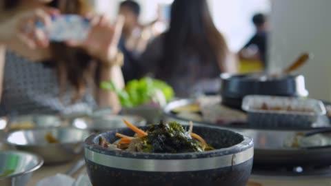 vídeos y material grabado en eventos de stock de coreano estilo barbecue completo con guarniciones - comida coreana
