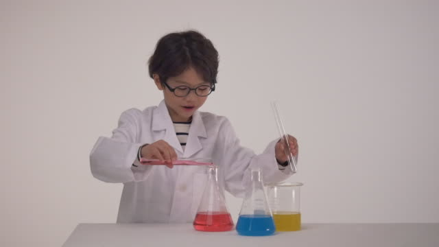 a korean boy doing a chemistry experiment - chemistry点の映像素材/bロール