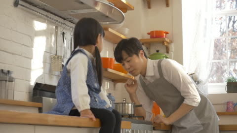 stockvideo's en b-roll-footage met a korean dad and a korean girl at the kitchen - genderblend