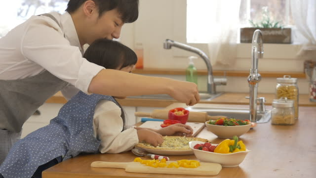 a korean dad and a korean girl cooking - genderblend video stock e b–roll