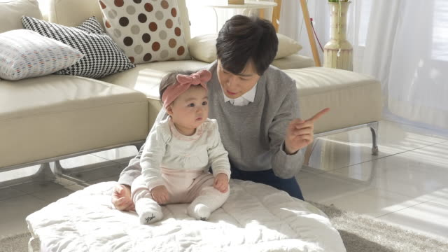 a korean dad and his baby daughter - 赤ちゃんの靴点の映像素材/bロール