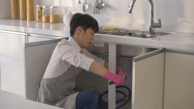 a korean dad cleaning the kitchen - washing up glove stock videos & royalty-free footage