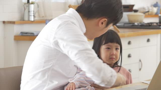 vídeos y material grabado en eventos de stock de a korean dad trying to comfort his crying daughter while holding a baby - genderblend