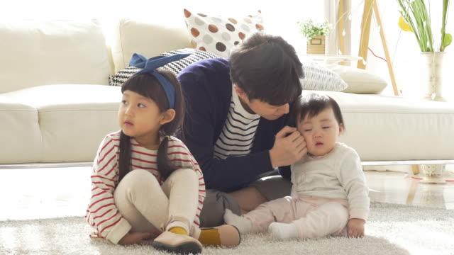 a korean dad with children in a bad mood - kudde sängkläder bildbanksvideor och videomaterial från bakom kulisserna