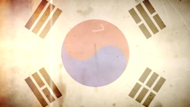 vídeos de stock e filmes b-roll de bandeira da coreia-grunge retro velho filme loop com áudio - fuga de luz
