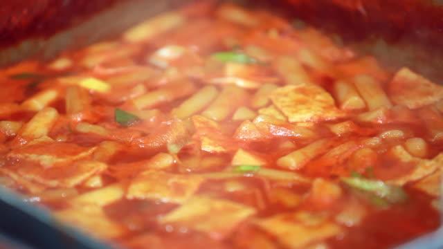 vídeos y material grabado en eventos de stock de cu korean food ttoekbokki (stir-fried rice cake) / seoul, south korea - hervido
