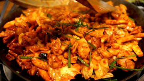 vídeos y material grabado en eventos de stock de comida coreana dak galbi - comida coreana