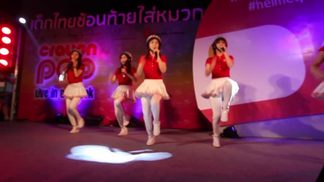 vidéos et rushes de korean girl group crayon pop performs on stage at the bangkok arts and cultural center in bangkok thailand. - k pop