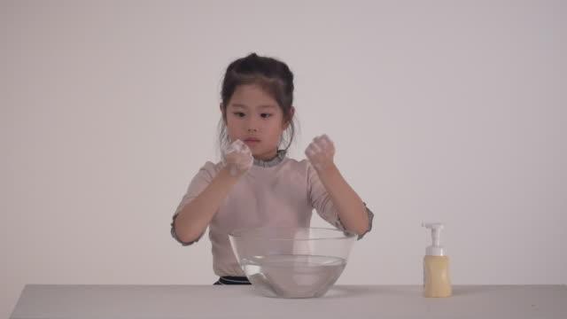 vídeos de stock e filmes b-roll de a korean girl washing her hands - porta sabonete líquido