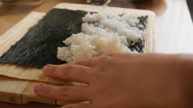 vídeos de stock e filmes b-roll de korean homemade food, rice, making kimbap - alga marinha