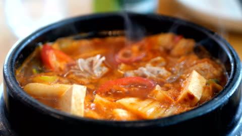 vídeos y material grabado en eventos de stock de sopa kimchi coreana - comida coreana