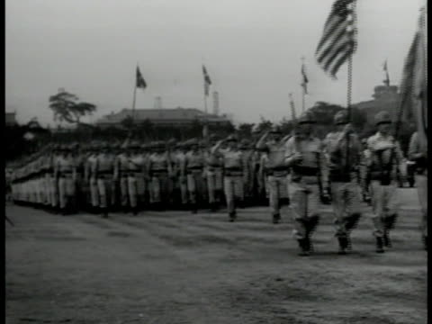 vídeos de stock, filmes e b-roll de korean soldiers in class ms us officer showing artillery shell ws us soldiers parading in formation ms gen douglas macarthur saluting russian soviet... - campo de treinamento militar