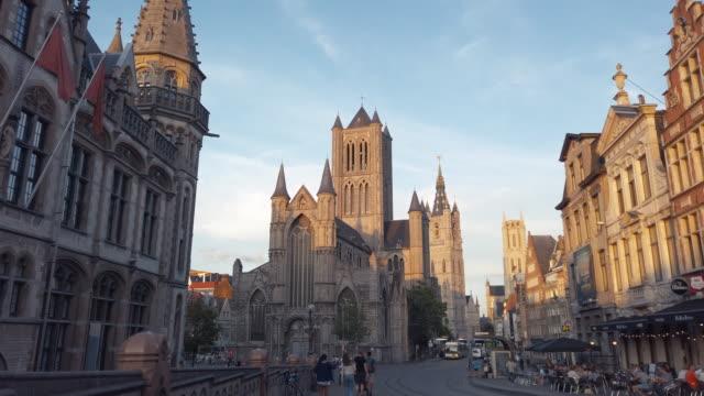 korenmarkt (zentralplatz) von gent, belgien - stilrichtung des 17. jahrhunderts stock-videos und b-roll-filmmaterial