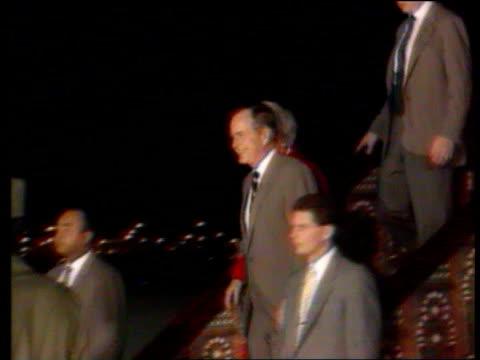 vídeos y material grabado en eventos de stock de cost of conflict lib tx arabia jeddah george bush wife barbara bush down steps of plane greeted king fahd of saudi arabia - jeddah