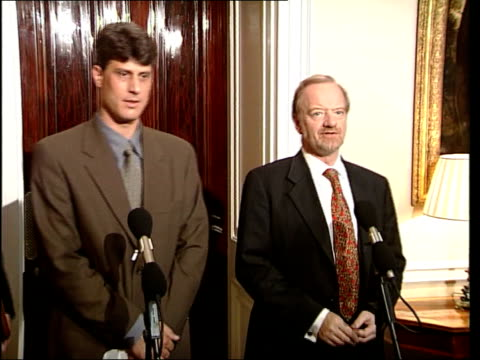 air strikes / australian aid workers; itn england: london: int robin cook mp along into press conference robin cook mp press conference sot - the... - mp stock-videos und b-roll-filmmaterial
