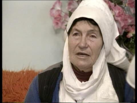 refugees; kosovo: refugees; yugoslavia: serbia: southern kosovo: gercina: int gv room of kosovan women sitting around the body of a 12 year old girl... - slobodan milosevic stock-videos und b-roll-filmmaterial