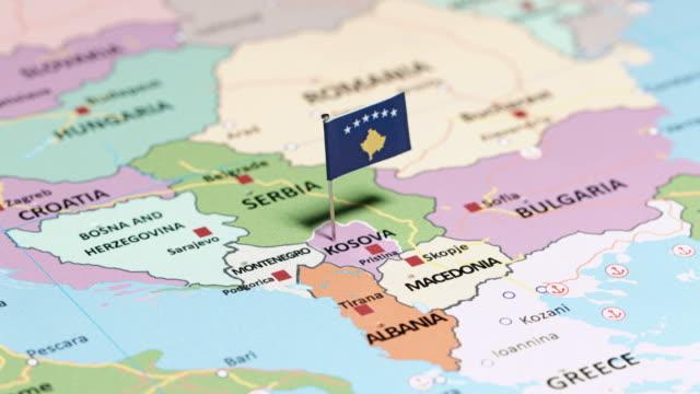 Kosovo mit Nationalflagge