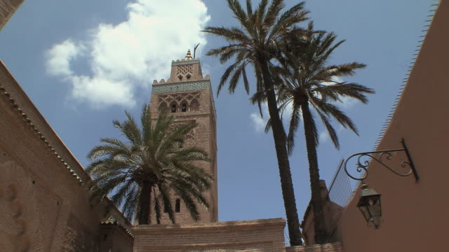 ws la pan koutoubia mosque minaret, marrakech, morocco - minareto video stock e b–roll