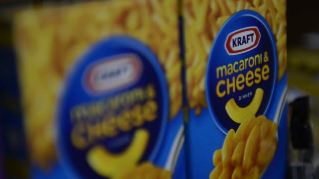 stockvideo's en b-roll-footage met kraft foods group inc macaroni and cheese food supermarket kraft food products on february 05 2013 in san francisco ca - kraft