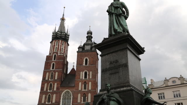 krakow, market square, general view, curch of the virgin mary and adam mickiewicz statue - eastern european culture stock videos & royalty-free footage