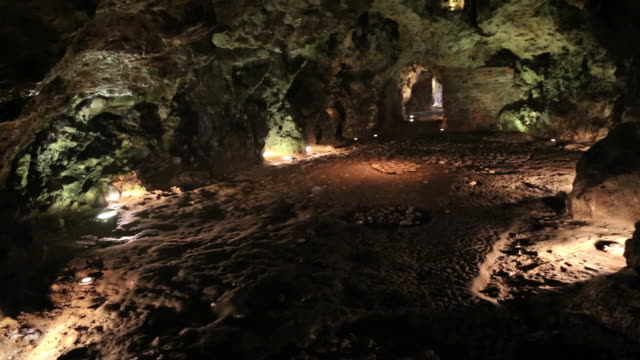 krakow, view of the wawel dragon's cave, afamous dragon in polish folklore - osteuropäische kultur stock-videos und b-roll-filmmaterial