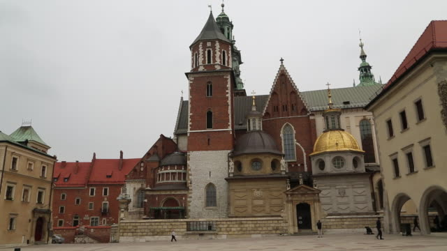 krakow, wawel hill, general view of the wawel cathedral - osteuropäische kultur stock-videos und b-roll-filmmaterial