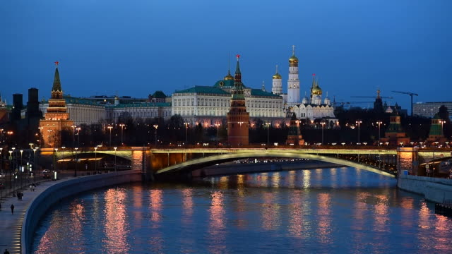 stockvideo's en b-roll-footage met kremlin palace and moskva river at twilight time in moscow,russia. - moscow russia