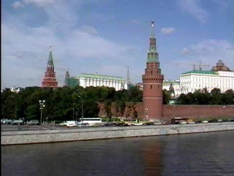 kremlin walls along moscow river - anno 2002 video stock e b–roll