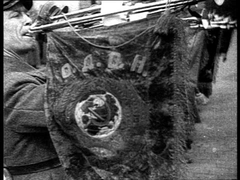 vídeos de stock, filmes e b-roll de kremlin's red star and hammer and sickle, revolution anniversary in moscow, military parade in red square voroshilov, stalin, molotov and kalinin... - 1935