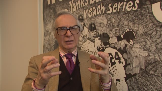 vídeos y material grabado en eventos de stock de kreskin explains how it felt to see himself portrayed the rapport he felt with tom hanks and john malkovich and his prediction for how the movie will... - tom hanks
