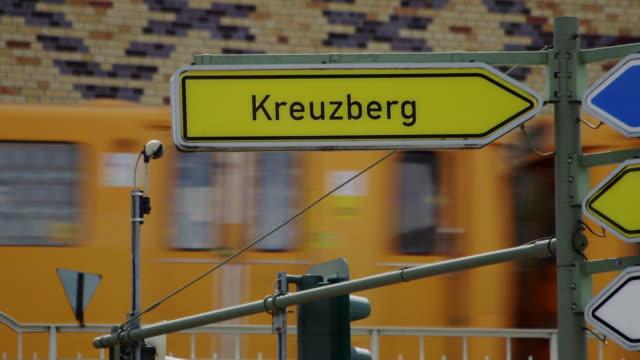 kreuzberg sign - verkehrsschild stock-videos und b-roll-filmmaterial