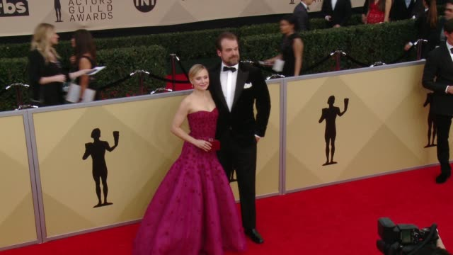 stockvideo's en b-roll-footage met kristen bell and david harbour at the 24th annual screen actors guild awards at the shrine auditorium on january 21 2018 in los angeles california - screen actors guild awards