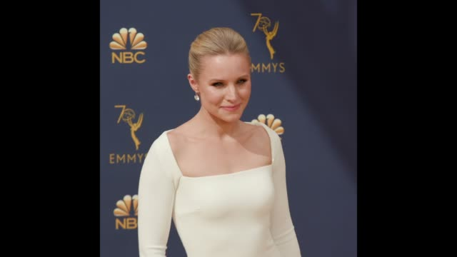 vídeos de stock, filmes e b-roll de kristen bell at the 70th emmy awards arrivals - 70th annual primetime emmy awards