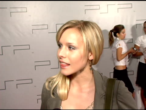 kristen bell on her fashion design for psp, her upcoming movie on showtime and the veronica mars season finale at the pret-a-psp accessories show at... - 既製服点の映像素材/bロール