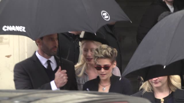 kristen stewart attends the chanel show as part of the paris fashion week womenswear fall/winter 2019/2020 on march 5 2019 in paris france - avvistamenti vip video stock e b–roll