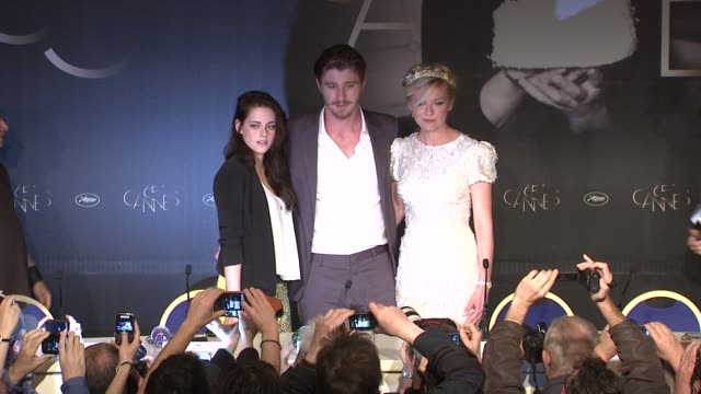 kristen stewart garrett hedlund kirsten dunst sam riley at on the road press conference 65th cannes film festival on may 23 2012 in france - kristen stewart stock videos and b-roll footage