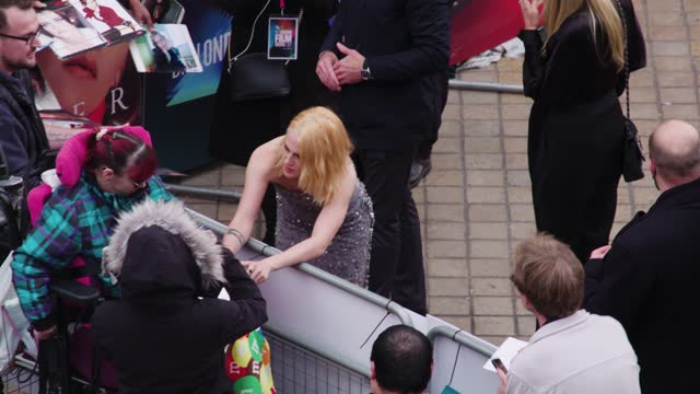 """kristen stewart signs autographs as she attends the """"spencer"""" uk premiere during the 65th bfi london film festival at the royal festival hall on... - autogramm stock-videos und b-roll-filmmaterial"""