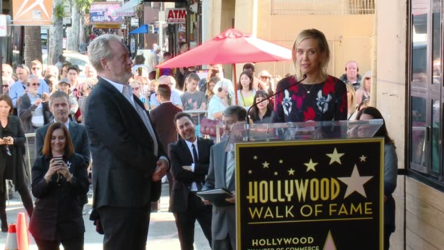 vídeos de stock, filmes e b-roll de speech kristen wiig at director ridley scott honored with star on the hollywood walk of fame at hollywood walk of fame on november 05 2015 in... - kristen wiig