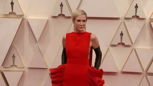 kristen wiig walking the red carpet at the 92nd annual academy awards at the dolby theater in los angeles, california. - music or celebrities or fashion or film industry or film premiere or youth culture or novelty item or vacations 個影片檔及 b 捲影像