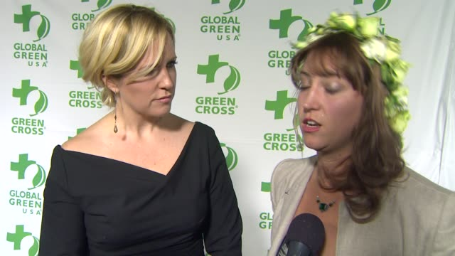 vídeos de stock e filmes b-roll de interview kristin banta bess wyrick on the event's dŽcor at global green usa's 10th annual preoscar party on 2/20/13 in los angeles ca - festa do óscar